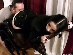 Goth geboydy milf getting her booty licked