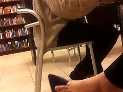 शानदार dagling feecandid पैर की अंगुली छोटे पैर की उंगलियों में फैल गया
