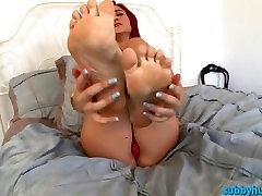 lång tjej med stora sexiga röv och stora fötter förödmjuka