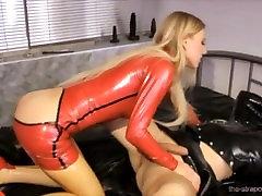 Karstā dominējošā dāma pazemojošu savu vergu
