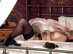Brunetė apsinuogins ant lovos