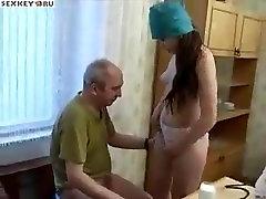 Mlada medicinska sestra jebe stari bolnik