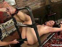 Češka golicanje - Brook je občutljivo orgazem