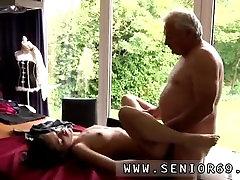 Stari moški in mlada dekleta, prekleto Pohoten starešina Bruce spotov lep gal