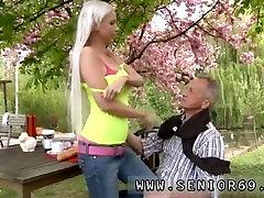 Jauniem un veciem pāriem Pāvils ir mīlēt savu brokastīm dārzā ar viņa