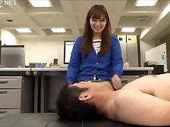 Jaapani OL annab mees tuikav errection, lõhn tema higine jalad
