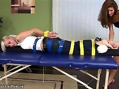 Češka Tickled Noge: Adela je naoljena in tickled noge