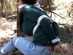 Goldie Zavezuje Gagged in V Gozdu