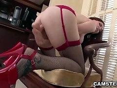 Masturbē viņas augstpapēžu kurpes un zeķes