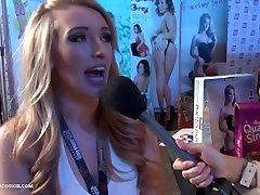 Blondīne Pornstar Harley Jade akcijas seksa padomus ar Āzijas reportieris AEExpo 16