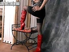 Sexy Milf dražila v odklon najlon nogavice in slutty rdeče usnje škornji
