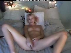 एमेच्योर सुनहरे बालों वाली हस्तमैथुन खिलौने के साथ