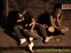Tüdruk saada sõrmede tänaval, samal ajal kui tema sõber pukes
