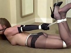टॉपलेस लड़की Hogtied और फर्श पर