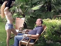 Suh nympo Monique jebe starec v razkošnem vrtu