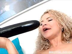 सुनहरे बालों वाली लड़की कमबख्त एक बड़े काले dildo HD