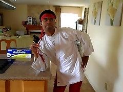 रसोई में सेक्स के हाथ में चीनी काँटा के साथ
