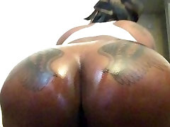 Mrs and Mrs Bordeaux: Lesbian no se aguanto Phat Chocolate Oiled Up Ass !!!!