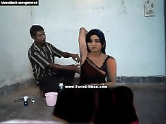 Skaista sieviete paduses matu skūta, ar taisnu skuvekli