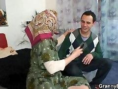 Üksildane thailang anal vanaema meeldiv noor stud