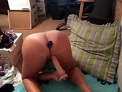 Zrelo žensko dvojno penetracijo, masturbates z dvema vibratorji