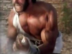 Lū Ferringo Cīņas Nelietis Un Grūstās Viņam Spēcīgu Bearhug