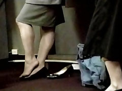 giant vs yang lady feet make an embarrassing shoe play at airport