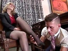 Labai seksualus milf bosas dominuoti savo asmens su stinky lucie wild pissing kojų