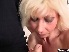 सुनहरे बालों वाली महिला को उसके cheries like pussy बिल्ली की खिंचाई की