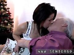 Vana Bruce a lohakas tüdruk naudib tungida nooruslik nukud nagu Petra