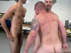 Sirge poisid saavad alasti metsas ja filme otse vanemad mehed, mis näitab
