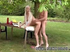 A tini lányok szopják a régi emberek Paul élvezi a reggeli a kertben