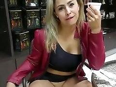Madura a lo Sharon Stone, muestra su vagina...