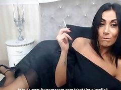 Seksi črno-las MILF kajenje capri 120 je cigareta