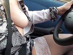 une fille conduit sa sans voiture jupette et se masturbe
