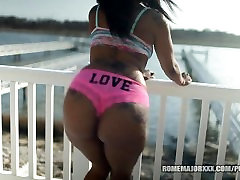 ROME Hot Black Girl Twerks and Bounces her Ass