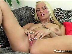 excitat blonda xana se masturbeaza