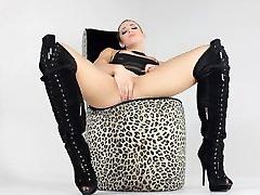 Teen Dahlia drži svoje čizme, kao i ona masturbira