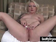 Seksi Olivia Masturbira Z Zobno Ščetko