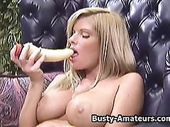 Busty Tera masturbates hennes fitta med dildo