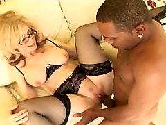 Vroče blond MILF interracial seks