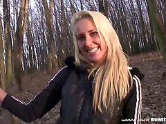Kurba STOP - na Prostem sonia priede z vročo blond