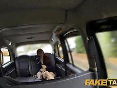 FakeTaxi sedež Nazaj porno model je caring perri fantazije