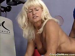 mišice mama hd giant cock v telovadnici