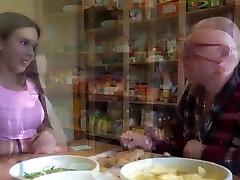 صغير فاتنة أول يمارس الجنس مع رجل عجوز