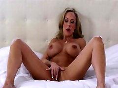Bigtit cougar Brandi Love trasie orgazmus radosť