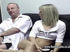 Vieil homme nettoie ses copines massage scam trou du cul