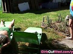 Tüdrukud Välja Lääne - Karvane amatöör tammide lakkuda pubes väljas