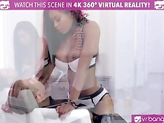 VR Bangers - Hot unamadre quiere que le corradentro Pole Dancer Nadia Jay fingered by 2 buddies