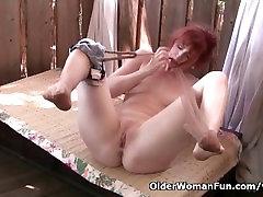 Redheaded milf Amber Dawn masturbates väljas